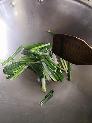 Обжариваем зеленый лук